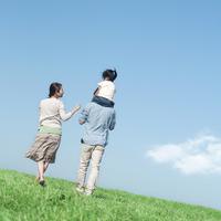 草原で子供を肩車して歩く親子の後姿 20027007208| 写真素材・ストックフォト・画像・イラスト素材|アマナイメージズ