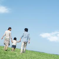 草原で手をつなぐ親子の後姿 20027007212| 写真素材・ストックフォト・画像・イラスト素材|アマナイメージズ