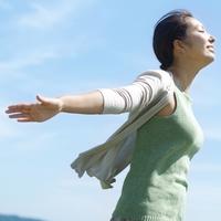 両手を伸ばし微笑む女性 20027007224| 写真素材・ストックフォト・画像・イラスト素材|アマナイメージズ