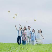 紙飛行機を飛ばす5人の若者たち