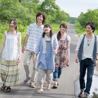 一本道を歩く5人の大学生