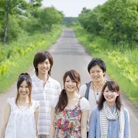 一本道で微笑む5人の大学生
