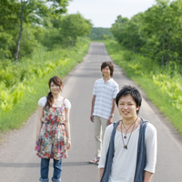 一本道で微笑む3人の大学生