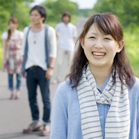 一本道で微笑む4人の大学生
