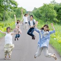 一本道でジャンプをする5人の大学生