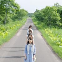 一本道で一列に並ぶ5人の大学生