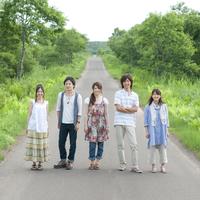 一本道に並び微笑む5人の大学生