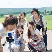 一本道で写真を撮る5人の大学生