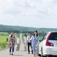 自然の中の一本道で微笑む5人の大学生