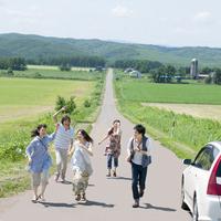 一本道を走る5人の大学生