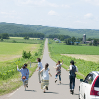 一本道を走る5人の大学生の後姿