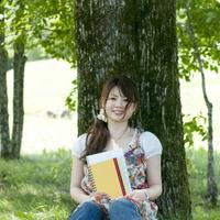 ノートを持ち微笑む大学生