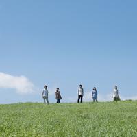 草原に並ぶ5人の大学生 20027007290| 写真素材・ストックフォト・画像・イラスト素材|アマナイメージズ