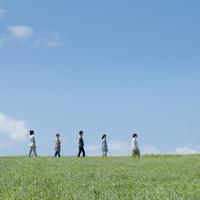 草原に横向きに並ぶ5人の大学生 20027007291| 写真素材・ストックフォト・画像・イラスト素材|アマナイメージズ