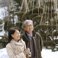 冬景色を楽しむシニア夫婦