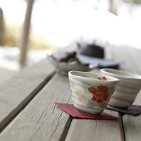 縁側にあるお茶とお茶菓子