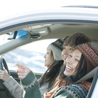 車で旅行をする3人の女性