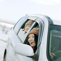 車で旅行をする2人の女性