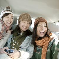 車の中で微笑む3人の女性