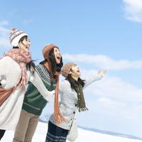 雪原で両手を広げる3人の女性 20027007323| 写真素材・ストックフォト・画像・イラスト素材|アマナイメージズ