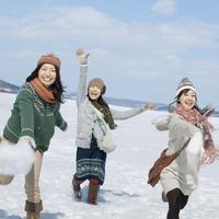 雪原ではしゃぐ3人の女性 20027007324| 写真素材・ストックフォト・画像・イラスト素材|アマナイメージズ