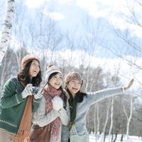 雪原で微笑む3人の女性 20027007325| 写真素材・ストックフォト・画像・イラスト素材|アマナイメージズ