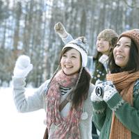 雪原で微笑む3人の女性 20027007330| 写真素材・ストックフォト・画像・イラスト素材|アマナイメージズ