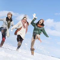 雪原ではしゃぐ3人の女性 20027007332| 写真素材・ストックフォト・画像・イラスト素材|アマナイメージズ