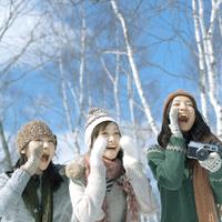 口元に手をあて微笑む3人の女性