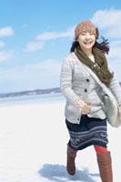 雪原を走る女性 20027007335| 写真素材・ストックフォト・画像・イラスト素材|アマナイメージズ