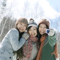 カメラに向かって微笑む3人の女性