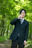 携帯電話で話すスーツ姿のビジネスマン