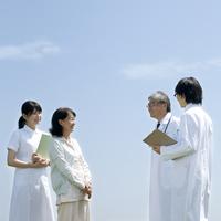 医者と話をする患者