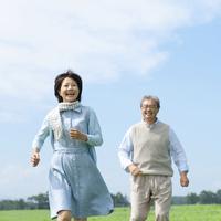 草原を走るシニア夫婦