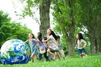 地球のボールで遊ぶ子供たち