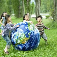ポプラ並木で地球のボールを使って遊ぶ子供たち 20027007553| 写真素材・ストックフォト・画像・イラスト素材|アマナイメージズ