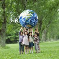 ポプラ並木で地球のボールを持つ子供たち