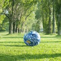 ポプラ並木に置かれた地球のボール 20027007561| 写真素材・ストックフォト・画像・イラスト素材|アマナイメージズ