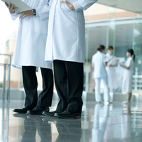 病院ロビーに立つ医者の足元 20027007666  写真素材・ストックフォト・画像・イラスト素材 アマナイメージズ