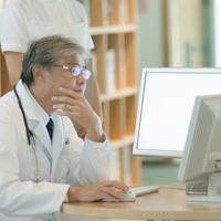 パソコン操作をする医者 20027007687| 写真素材・ストックフォト・画像・イラスト素材|アマナイメージズ