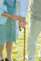 杖を持つシニア夫婦の手元 20027007710| 写真素材・ストックフォト・画像・イラスト素材|アマナイメージズ