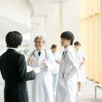 製薬会社の営業マンと話をする医者 20027007724| 写真素材・ストックフォト・画像・イラスト素材|アマナイメージズ