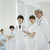 カルテを持つ看護師と医者