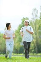 ポプラ並木でジョギングをするシニア夫婦 20027007756| 写真素材・ストックフォト・画像・イラスト素材|アマナイメージズ