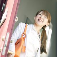 玄関の扉を開けるビジネスウーマン 20027007820| 写真素材・ストックフォト・画像・イラスト素材|アマナイメージズ