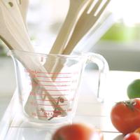 キッチンにある調理器具と野菜