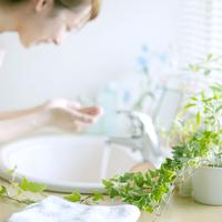 洗面所で洗顔をする女性