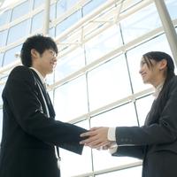 握手をするビジネスマンとビジネスウーマン 20027007864| 写真素材・ストックフォト・画像・イラスト素材|アマナイメージズ