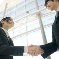 握手をするビジネスマンとビジネスウーマン 20027007865| 写真素材・ストックフォト・画像・イラスト素材|アマナイメージズ