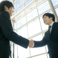 握手をするビジネスマン 20027007866| 写真素材・ストックフォト・画像・イラスト素材|アマナイメージズ